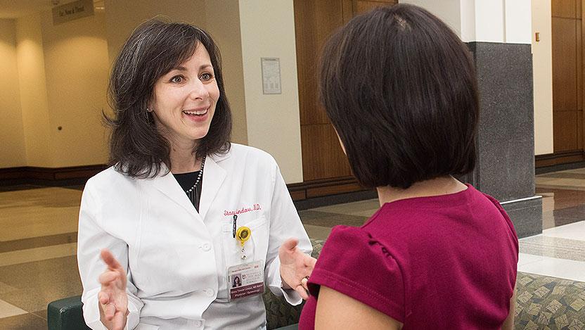 Dr. Stacy Tessler Lindau falando com um paciente