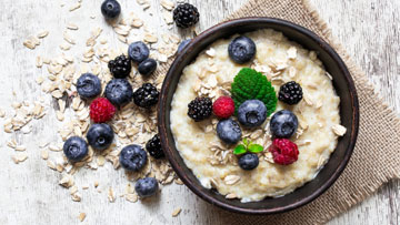 oatmeal breakfast with berries